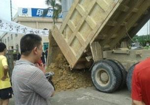 Blockade via dumptruck
