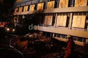 Sebelumnya, api membakar gedung sekitar pukul 17.30 WIB.